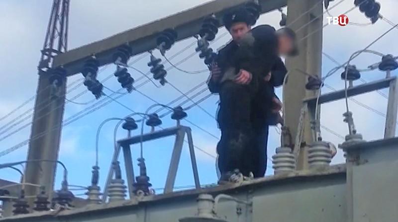 Мужчина забирается на ставропольскую подстанцию