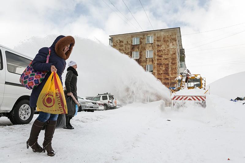 Снегоуборочная техника очищает улицы от снежных заносов после мощного циклона