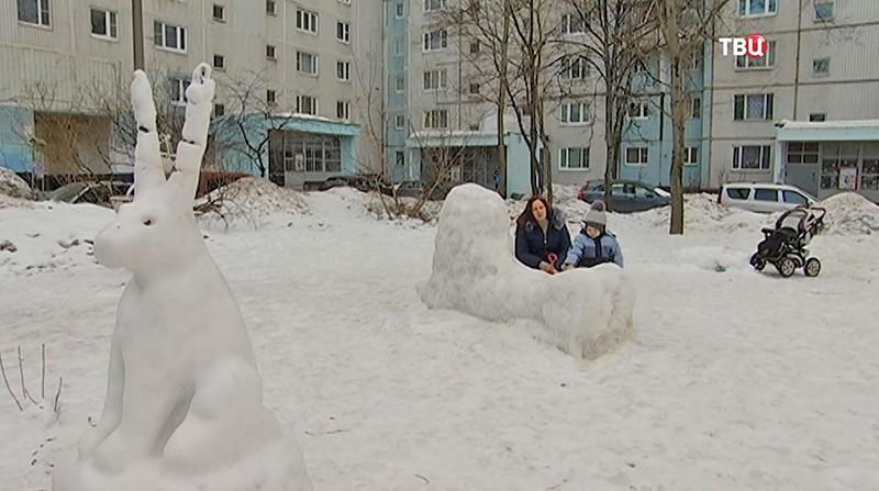 Снежные скульптуры льва, зайца и медведя