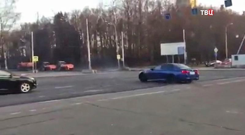 Водитель BMW дрифтует у МГУ