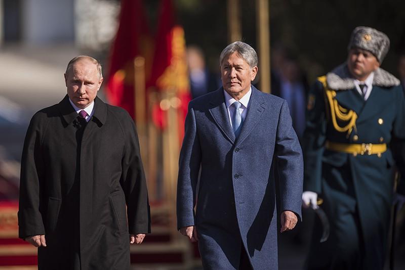Президент России Владимир Путин и президент Киргизии Алмазбеком Атамбаевым