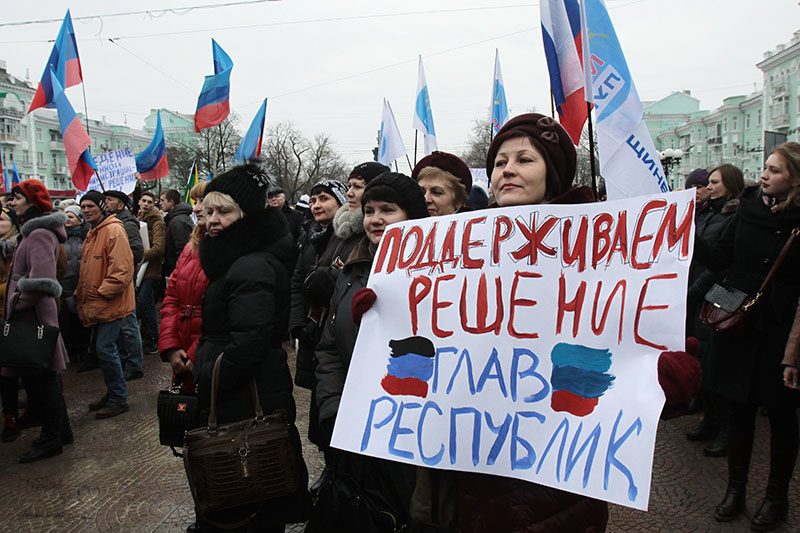 Участники митинга в Луганске в поддержку требований глав ЛНР и ДНР к Киеву прекратить экономическую и транспортную блокаду Донбасса