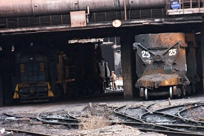 Рабочий на территории Енакиевского металлургического завода в Донецкой области