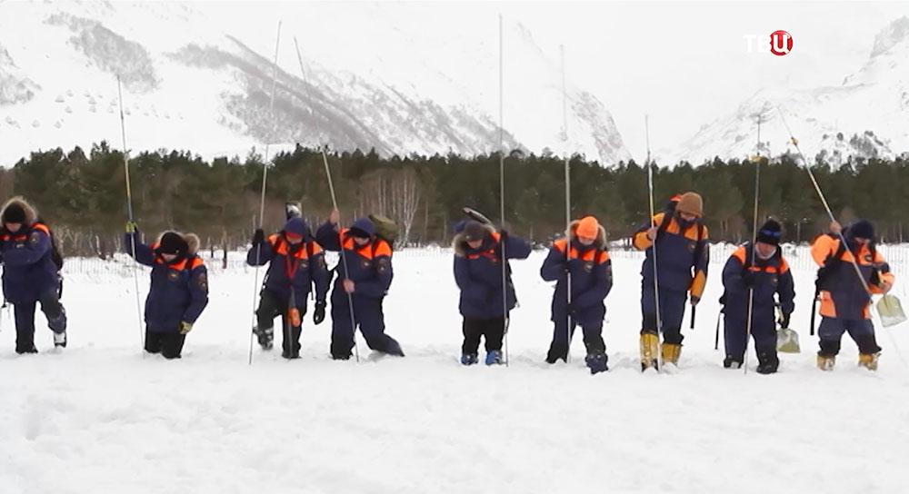 Сотрудники МЧС работают на месте схода снежной лавины