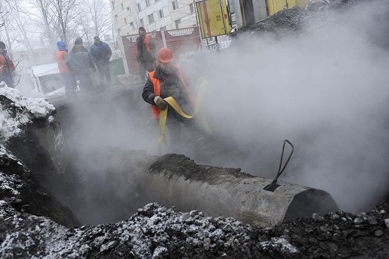 Сотрудники коммунальных служб ликвидируют последствия прорыва трубы