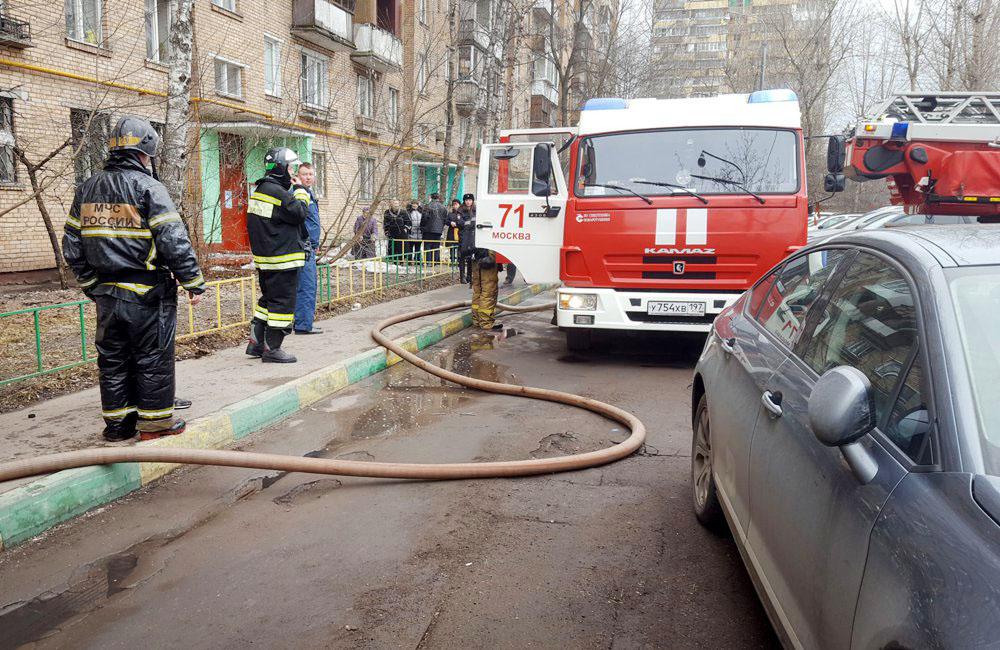 Работа пожарных расчетов на месте пожара в жилом доме