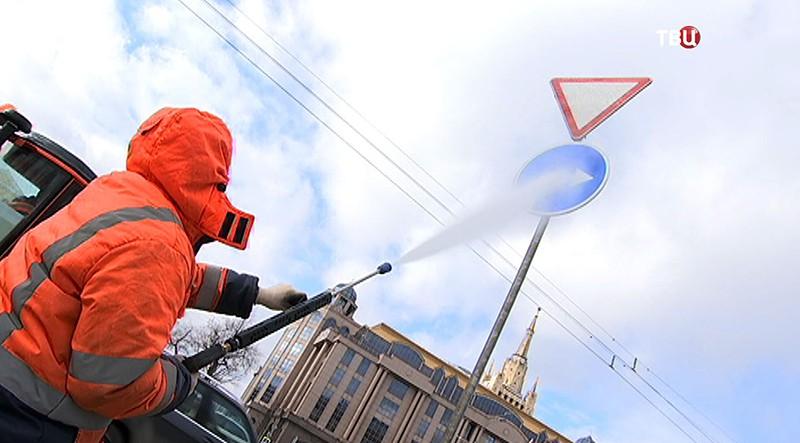 Коммунальщики моют дорожные знаки