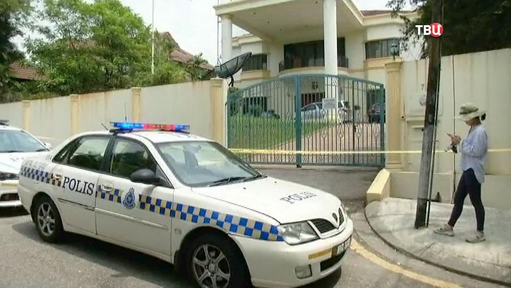 Полиция Малайзии у посольства КНДР