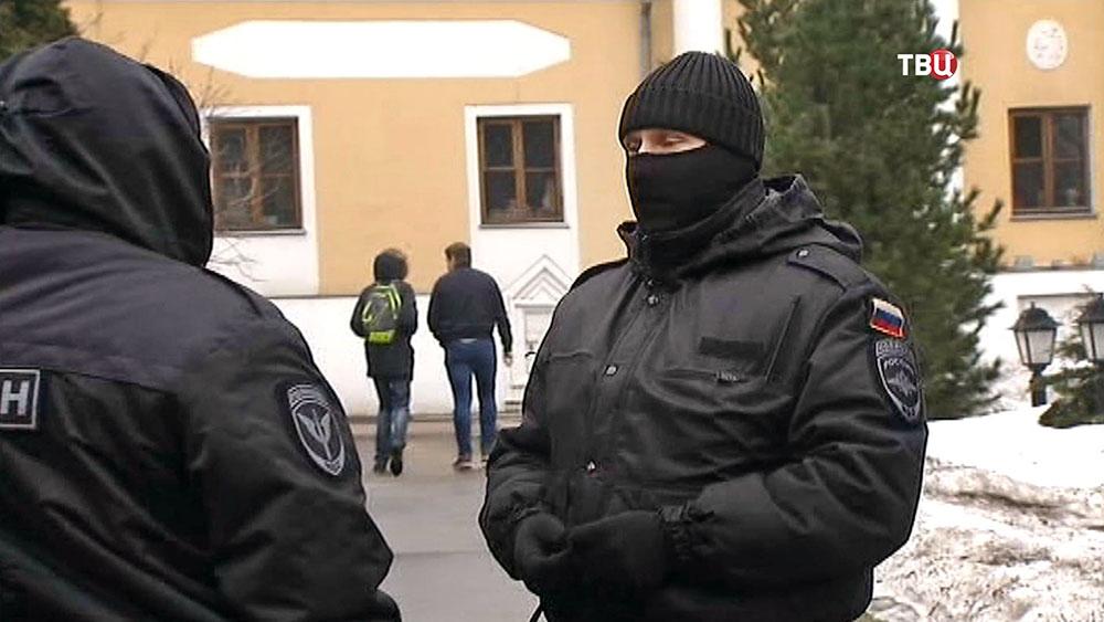 Бойцы ОМОН у Международного центра Рерихов в Москве
