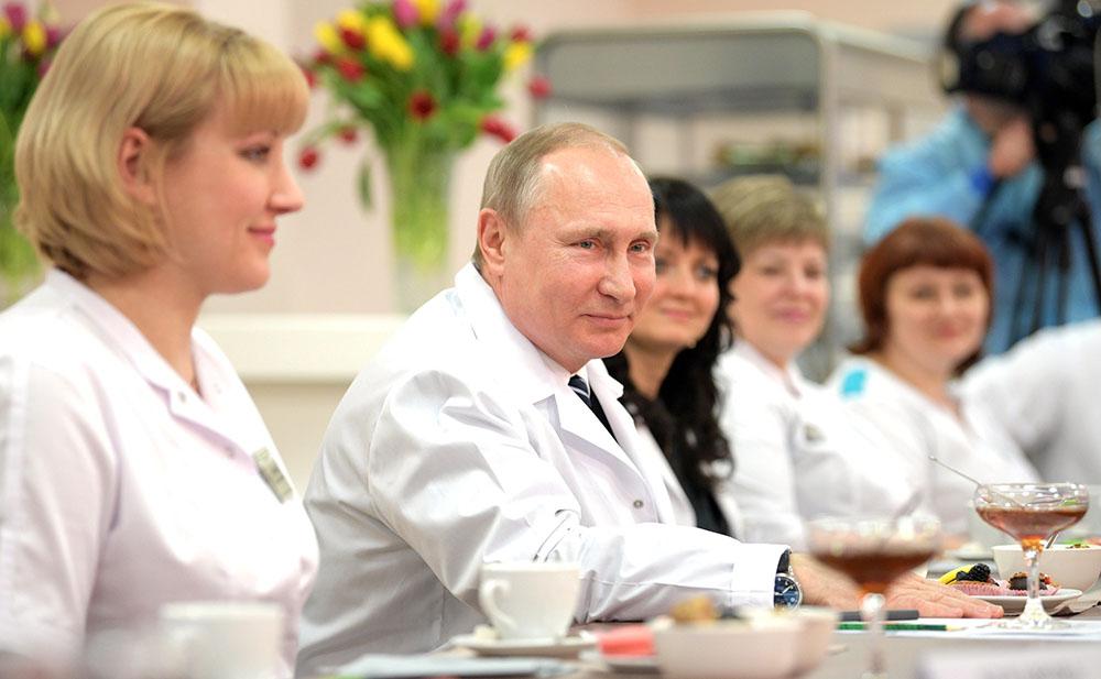 Владимир Путин общается с врачами