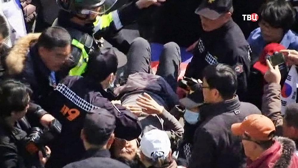 Пострадавший в уличных беспорядках в Южной Корее