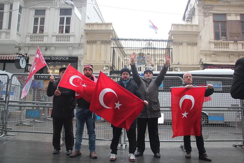Участники акции протеста у здания консульства Ниделандов в Стамбуле, Турция