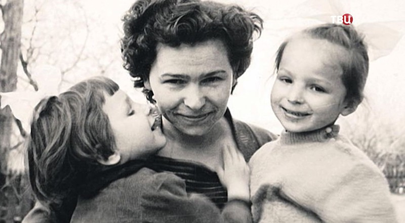 Супруга первого президента страны Наина Ельцина с детьми