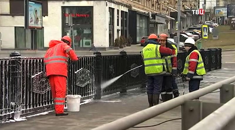Работники коммунальных служб убирают улицу в Москве