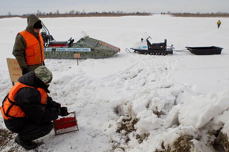 Взрывотехники МЧС во время подготовки к ледовзрывным работам