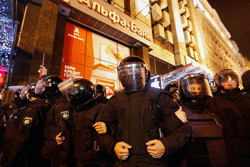 """Полиция во время беспорядков у отделения """"Альфа-банка"""" в Киеве"""
