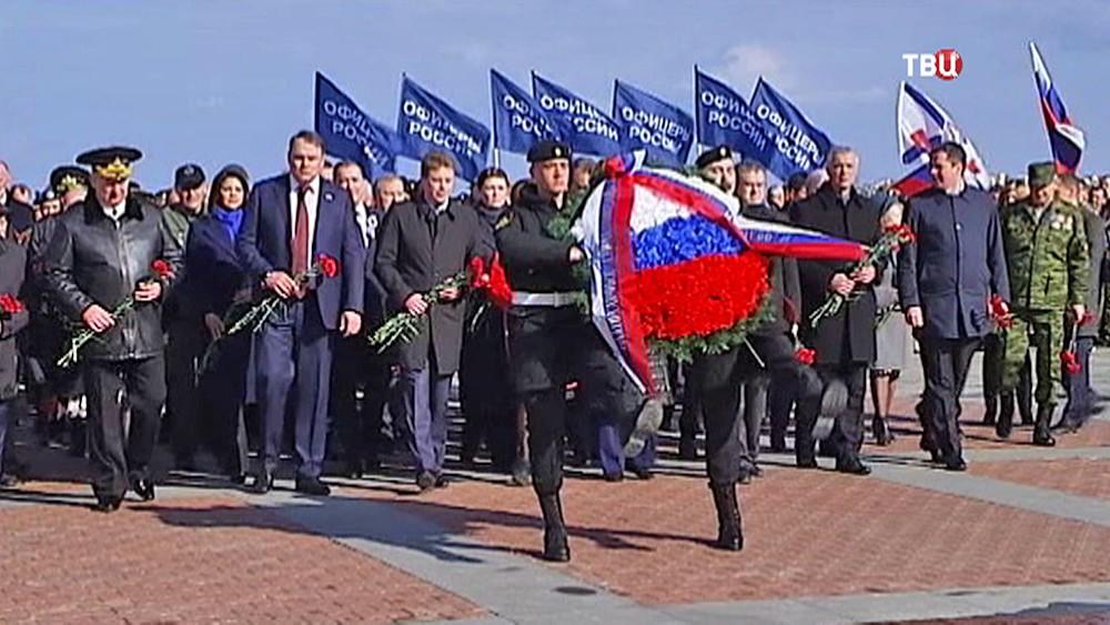 Возложение цветов к воинскому мемориалу в Севастополе