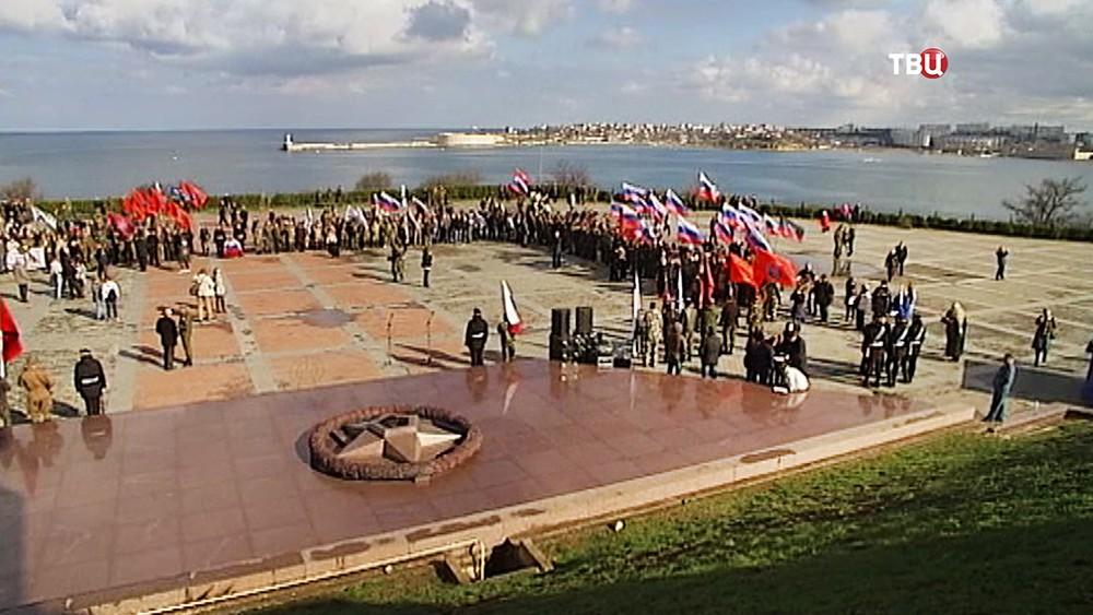 Праздничный митинг у воинского мемориала в Севастополе