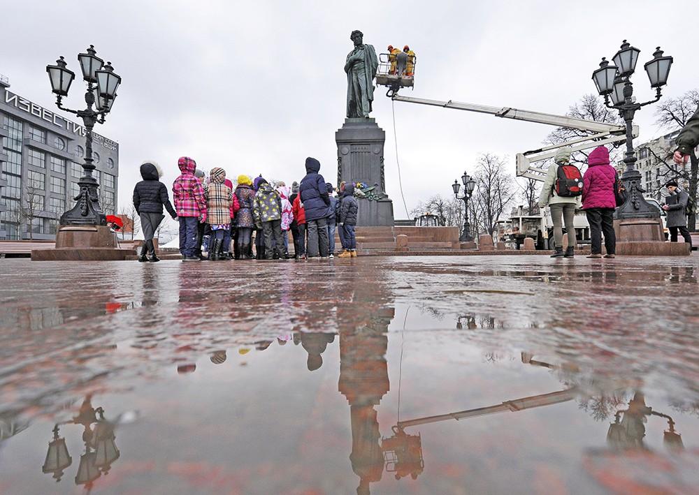 Коммунальщики моют памятник А. С. Пушкину