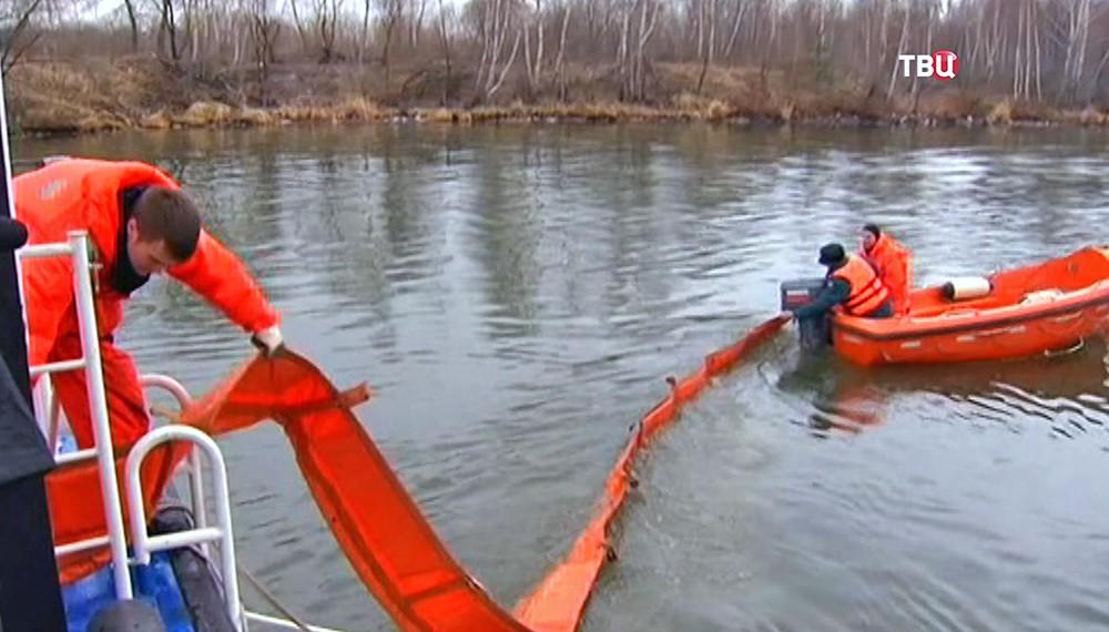 Учения спасателей МЧС по ликвидации разлива нефти на воде