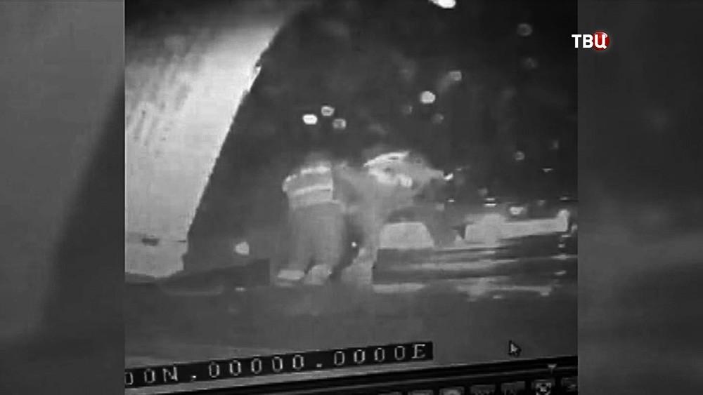 Сотрудники ДПС избивают водителя