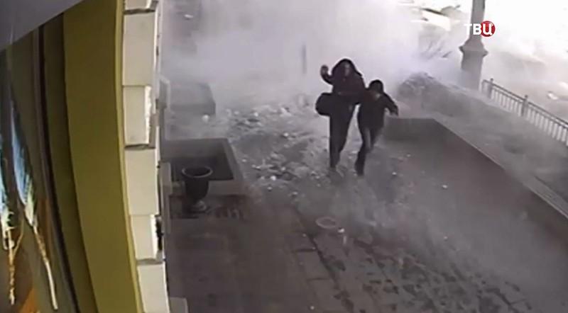 Падение снежной массы на людей