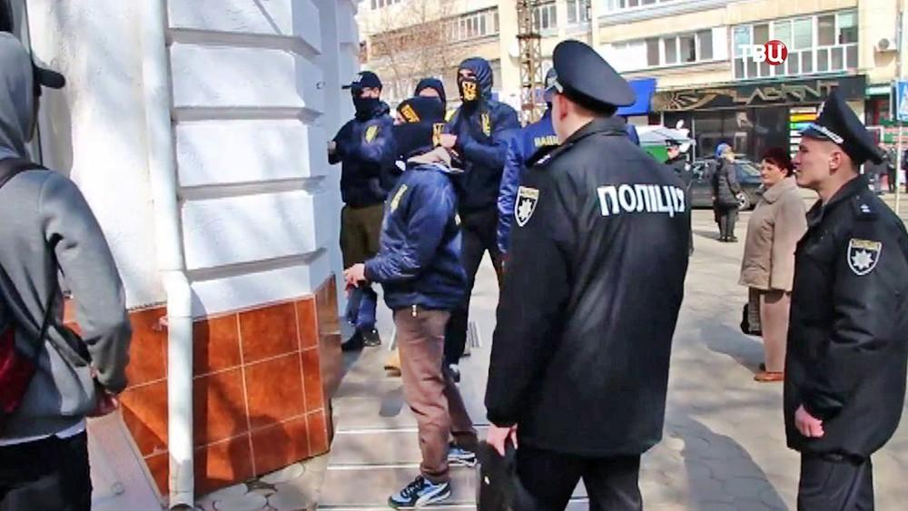 Украинские радикалы и полиция блокируют отделение российского банка