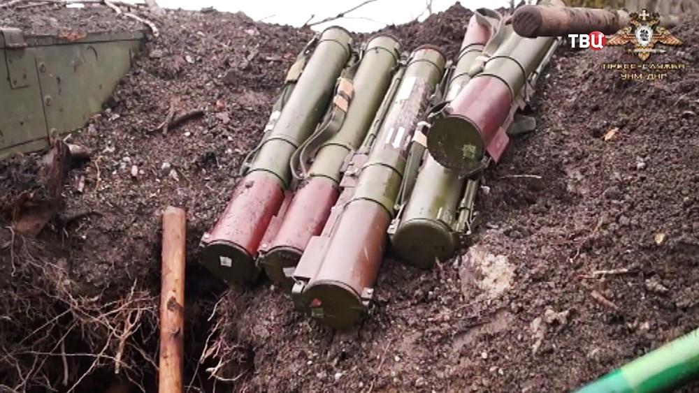 Брошенное украинскими военными оружие в Донбассе