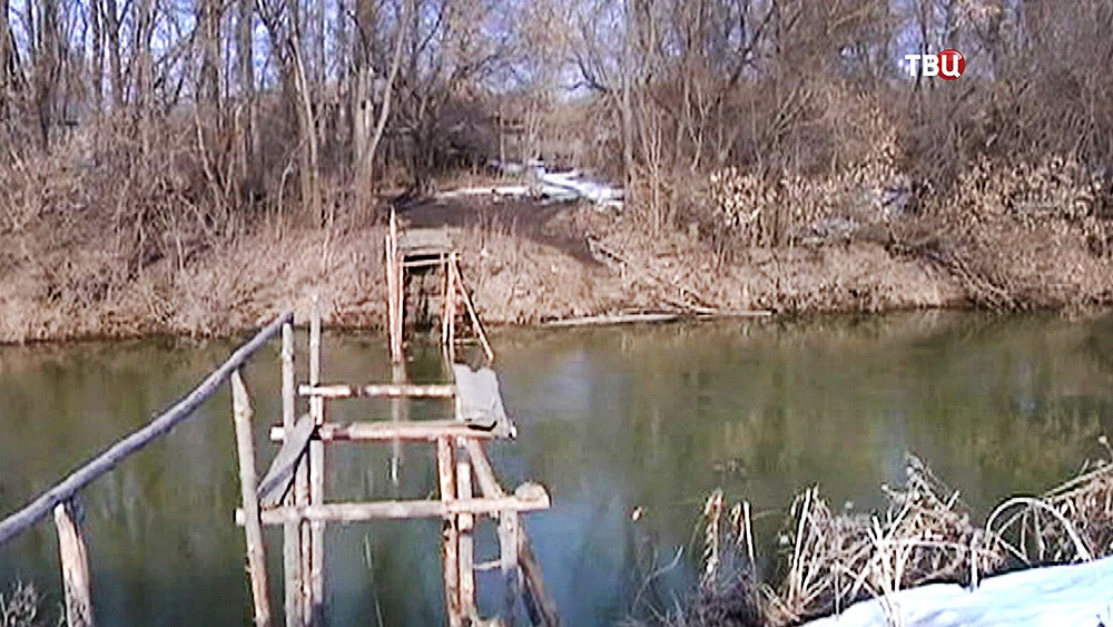 Сломанный мост через речку