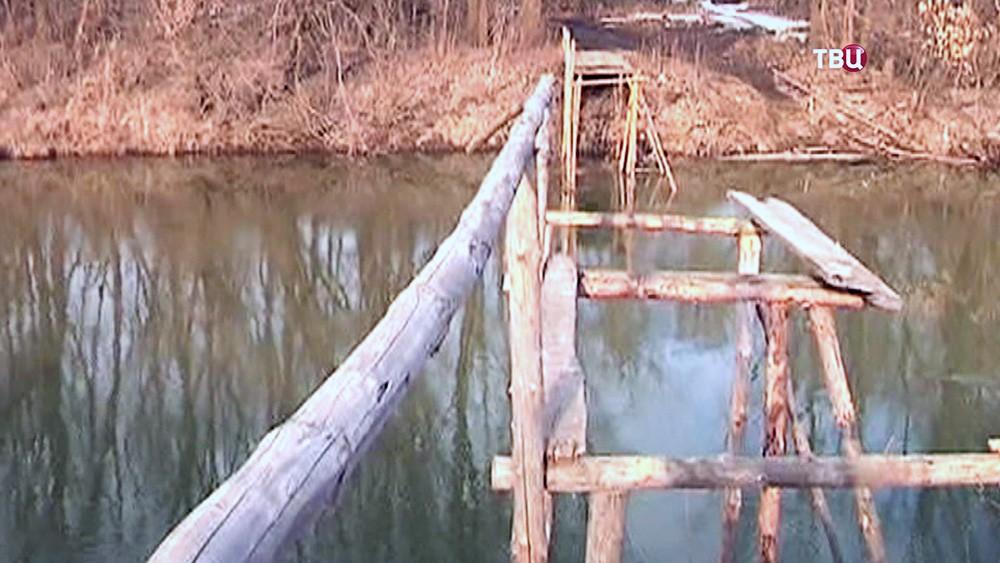 Спасенная врач, показывает место своего падения в реку