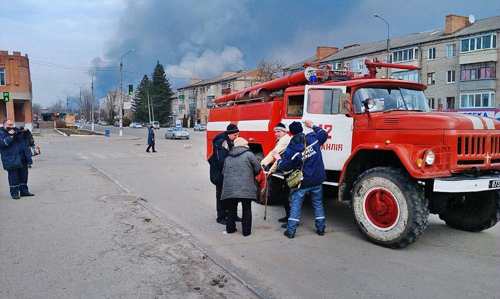 МЧС Украины эвакуируют людей из зоны взрыва боеприпасов