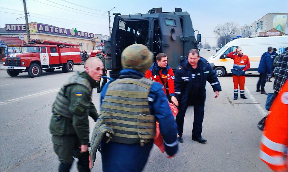 Экстренные службы Украины эвакуируют пострадавших из зоны взрыва боеприпасов под Харьковым