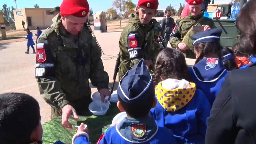 Российская военная полиция угощает сирийских детей полевой кухней