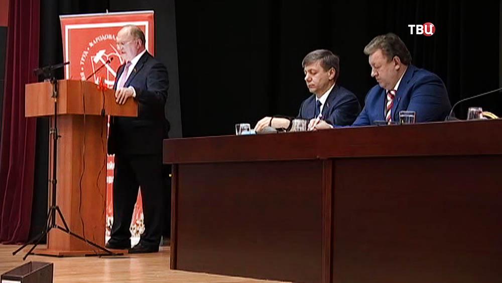 Лидер КПРФ Геннадий Зюганов выступает на съезде партии