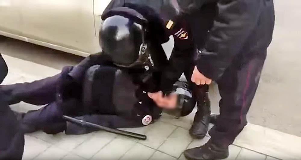 Пострадавший полицейский во время митинга в Москве