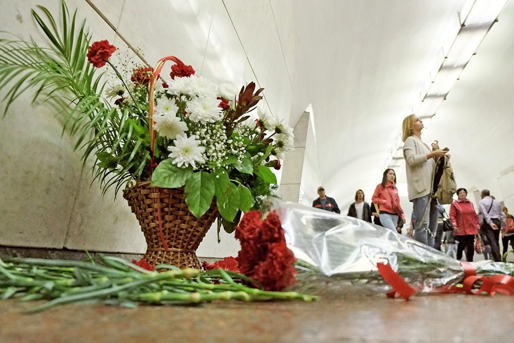 """Цветы на станции метро """"Лубянка"""" в память о погибших в теракте 29 марта 2010"""