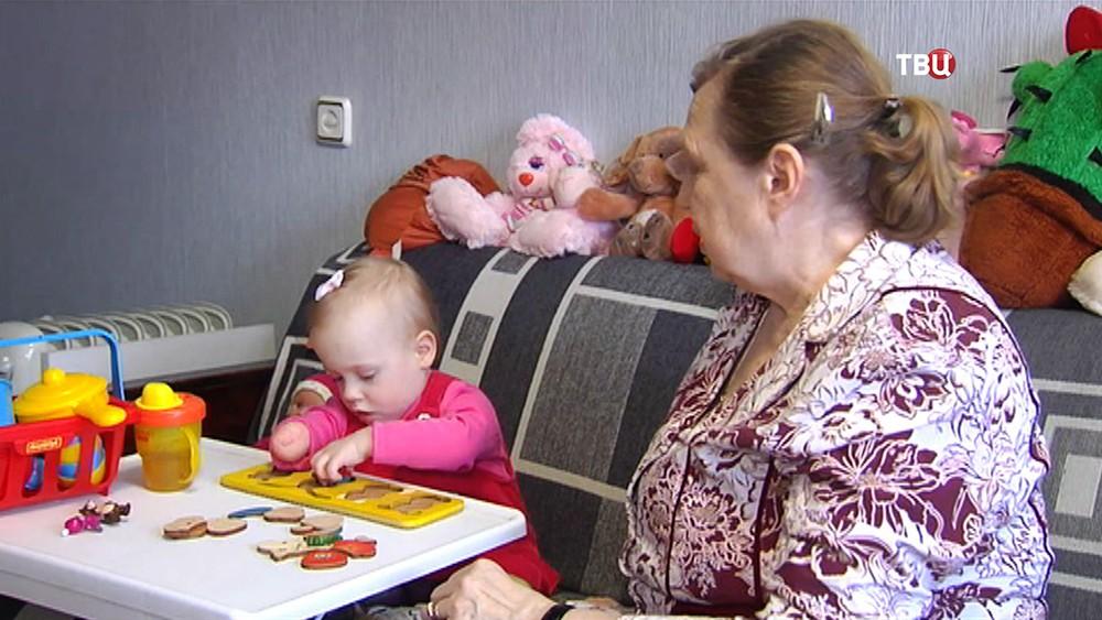 Девочка Катя с бабушкой