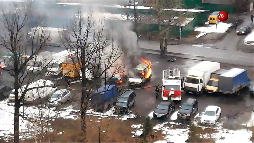 Пожарные на месте возгорания автомобиля