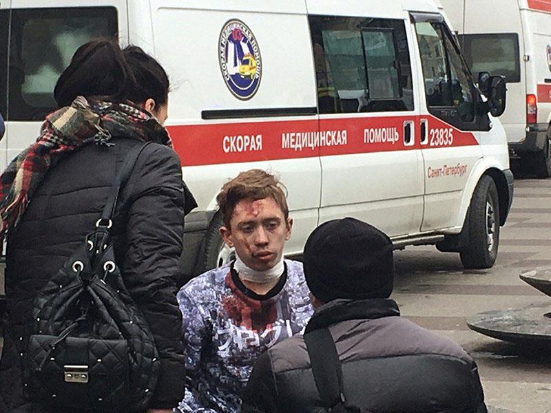 Эвакуация пострадавших в результате взрыва в метро Санкт-Петербурга
