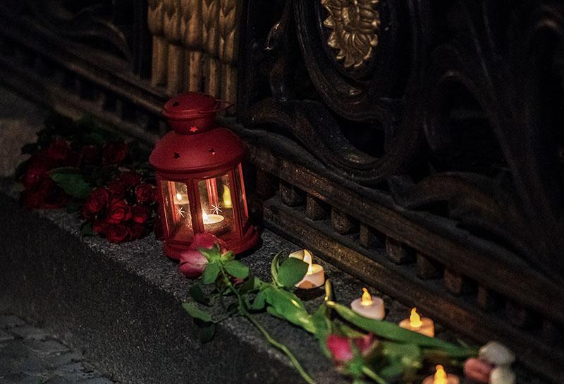 Цветы и свечи у посольства России в Берлине в память о погибших в результате взрыва в метро Санкт-Петербурга