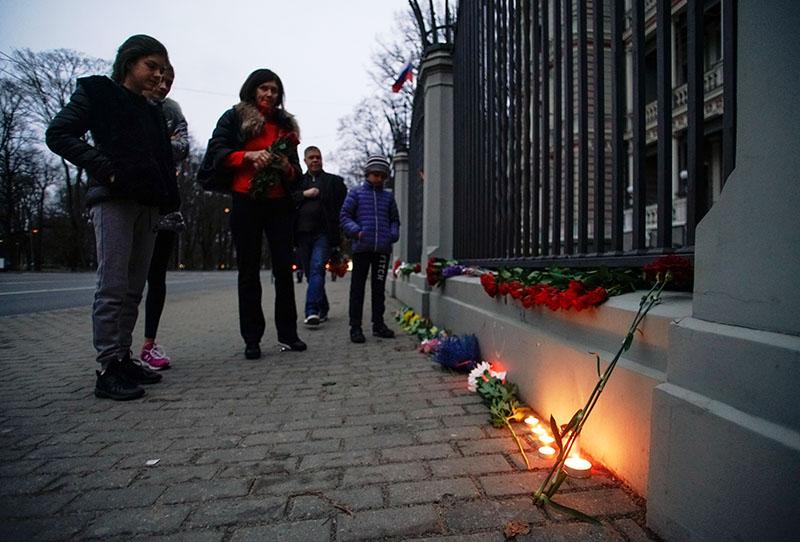 Цветы и свечи у посольства России в Риге в память о погибших в результате взрыва в метро Санкт-Петербурга