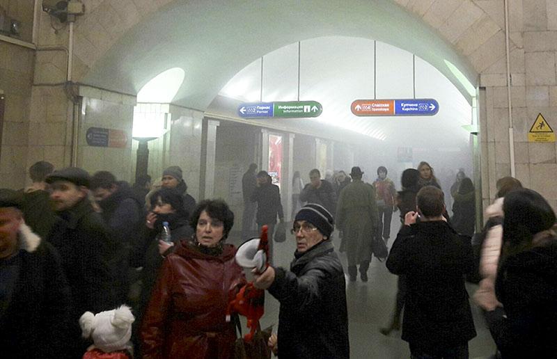 """Пассажиры на станции метро """"Сенная площадь"""""""