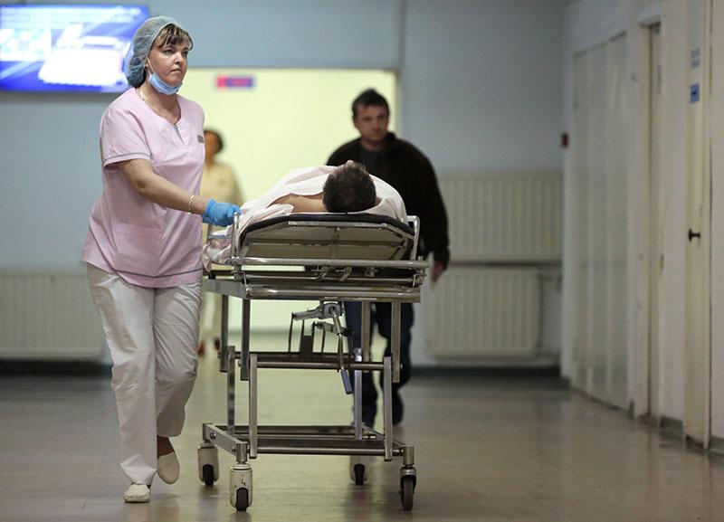 Сотрудница транспортируют пациента в НИИ скорой помощи имени И.И. Джанелидзе в Санкт-Петербурге
