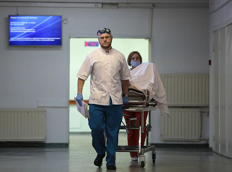 Сотрудники транспортируют пациента в НИИ скорой помощи имени И.И. Джанелидзе в Санкт-Петербурге