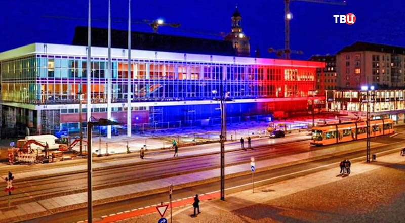 Дворец Культуры в Дрездене в цветах Российского флага