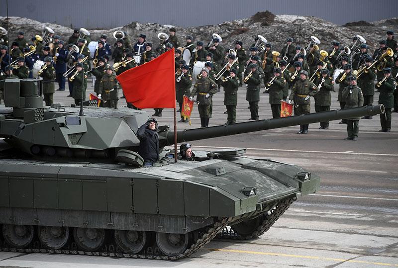 """Танк Т-14 """"Армата"""" механизированной колонны Московского гарнизона во время тренировки к военному параду на Красной площади 9 мая 2017 года"""