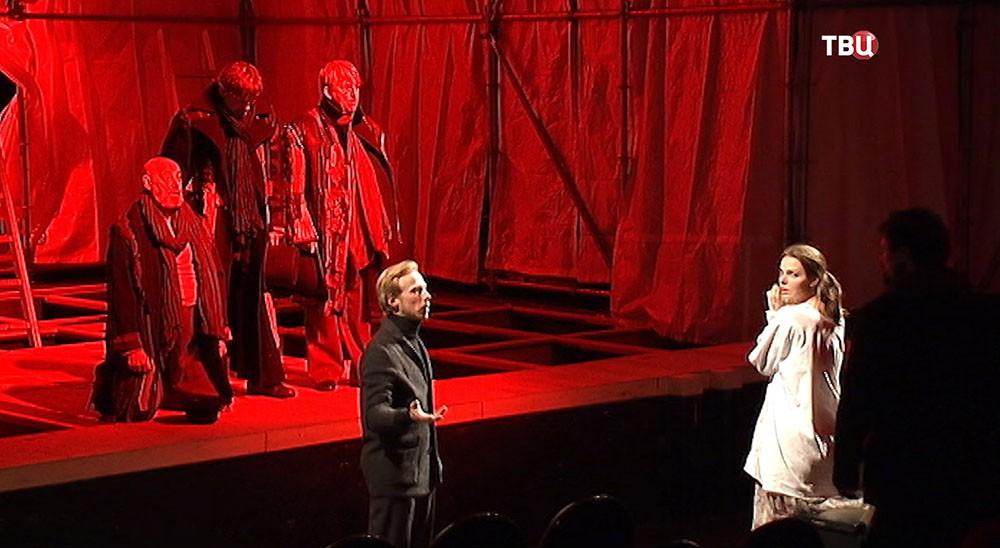 """Сцена из спектакля """"Гамлет"""""""