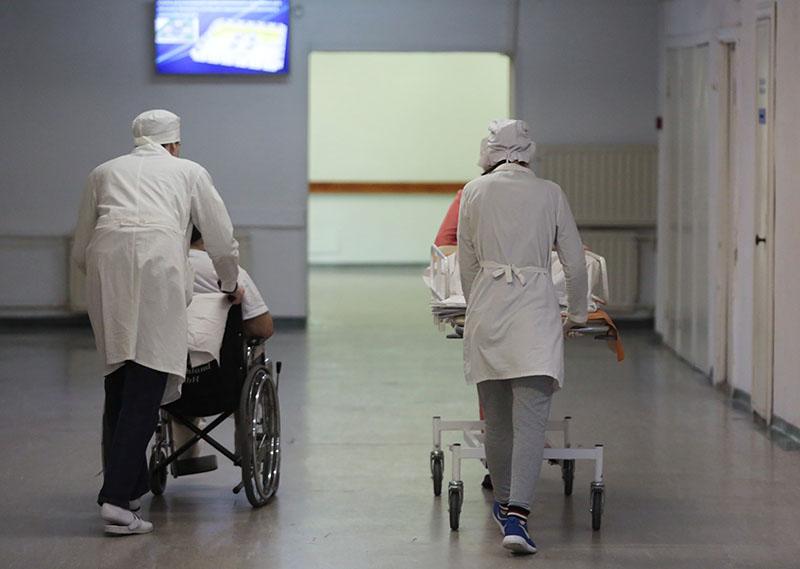 Сотрудники транспортируют пациентов в НИИ скорой помощи имени И.И. Джанелидзе в Санкт-Петербурге