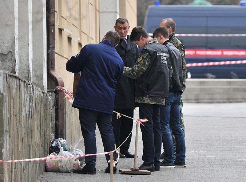 Сотрудники СКР на месте взрыва у школы в Ростове-на-Дону