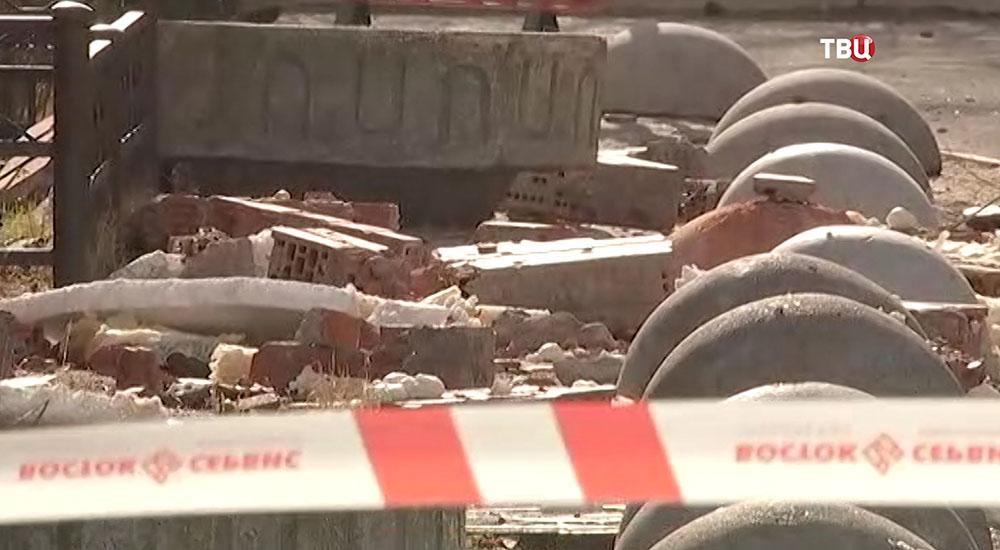 Последствия обрушения облицовки в жилом доме в Петербурге